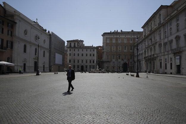 Muž kráča po prázdnom rímskom námestí Piazza Navona.