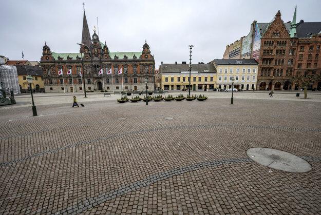 Prakticky prázdne námestie Stortorget v Malmö v Švédsku.