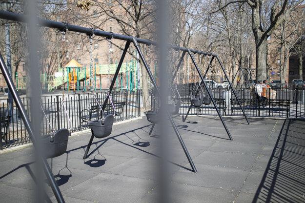 Prázdne detské ihrisko v New Yorku.