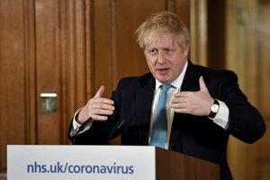 Britský premiér Boris Johnson počas tlačovej konferencie.