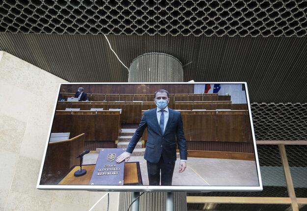 Novinári aj fotografi môžu schôdzu sledovať pred vchodom do parlamentu. Takto skladal sľub Igor Matovič.