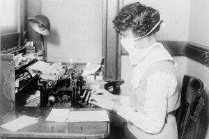 Pisárka s ochranným rúškom počas španielskej chrípky 16. októbra 1918 v New Yorku.