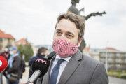 Poslanec NR SR za stranu SMER-SD Ľuboš Blaha počas ustanovujúcej schôdze NR SR pred budovou parlamentu.