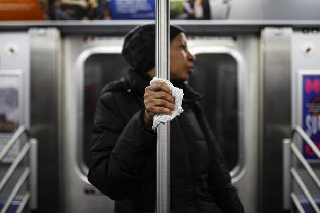 Hygienické opatrenia v metre v New Yorku.,