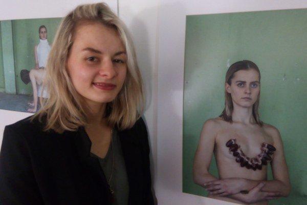 Aneta Balážová pri fotografii na ktorej pózuje jej sestra Erika.