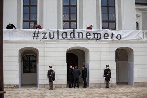 Atmosféra pred Prezidentským palácom pred vymenovaním novej vlády.