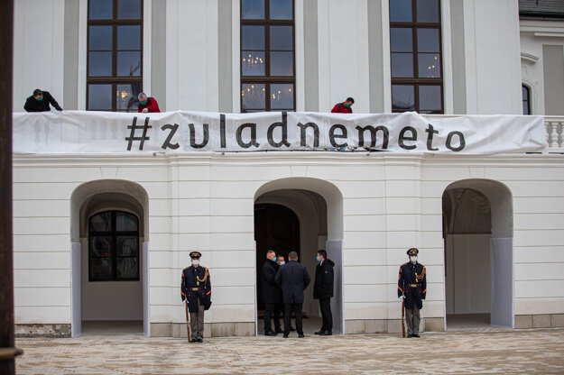 Pred prezidentským palácom.