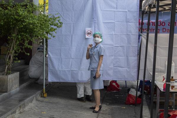 Thajsko s takmer 70 miliónmi obyvateľov eviduje tritísc prípadov nákazy a 56 obetí koronavírusu.