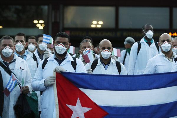 Tím kubánskych lekárov pózuje po prílete na letisko Malpensa v Miláne.