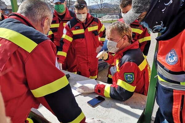 Letáky obyvateľom Bystričian distribuovali dobrovoľní hasiči.