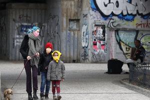 Žena s deťmi počas prechádzky so psom 17. marca 2020 v Prahe.