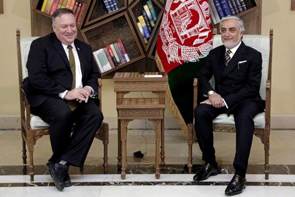Minister zahraničných vecí USA Mike Pompeo a bývalý predseda afganskej vlády Abdulláh Abdulláh.