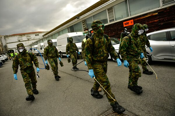 Vojenská jednotka so špeciálnym vybavením na dezinfekciu prichádza na vlakovú stanicu v meste Bilbao 23. marca 2020.