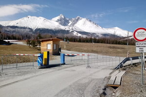 Uzavreté parkovisko TMR v Tatranskej Lomnici.