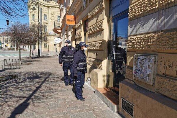 Či prevádzky dodržiavaju opatrenia, kontrolovala aj Mestská polícia v Košiciach.