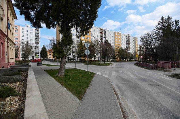 Situácia na križovatke pred Základnou školou umenia v Starej Turej počas mimoriadnej situácie.