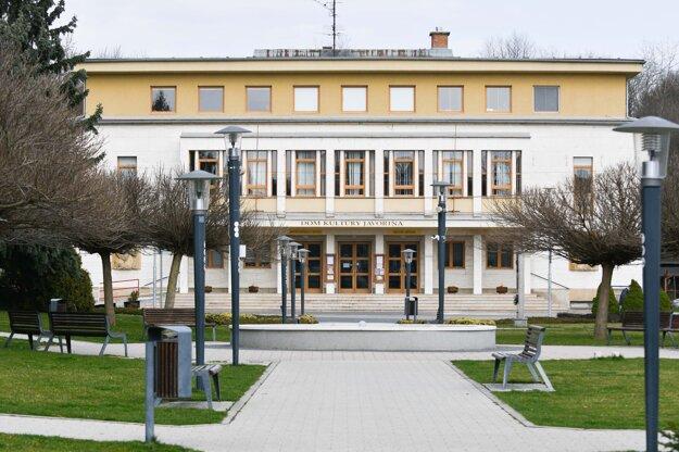 Pohľad na Dom kultúry Javorina a Námestie slobody v Starej Turej.