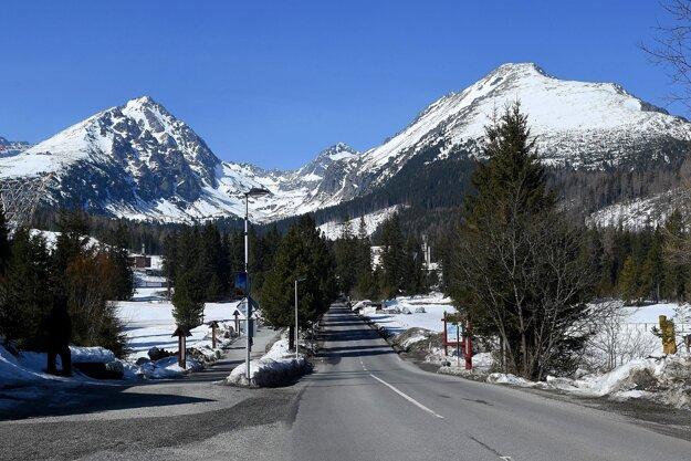 Prázdna prístupová cesta do Areálu snov na Štrbskom Plese vo Vysokých Tatrách.
