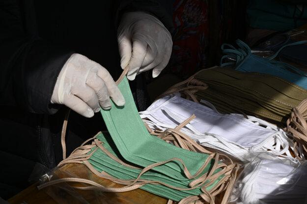 Obuvnícka spoločnosť Vulkan z Partizánskeho zmenila v posledných dňoch výrobu a začala šiť ochranné rúška proti koronavírusu.