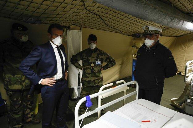 Francúzsky prezident Emmanuel Macron s ochranným rúškom počas návštevy vojenskej poľnej nemocnice v meste Mulhouse na východe Francúzska.