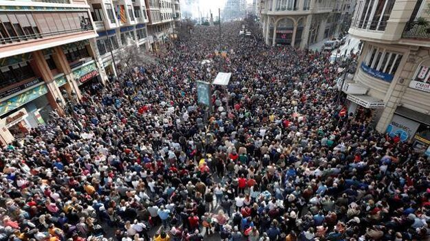 Dav ľudí čakajúcich na špeciálny ohňostroj počas dňa, La Mascletà, 1.marca 2020. V tom čase bolo v celom Španielsku potvrdených 84 prípadov COVID-19.