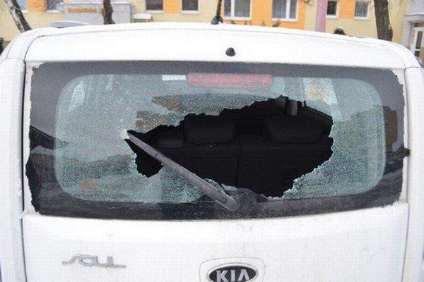 Mladík poškodil aj viacero zaparkovaných áut.