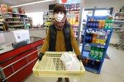 Banskobystrický samosprávny kraj spustil službu donášky nákupov pre seniorov aľudí zohrozených skupín obyvateľstva pod heslom Staráme sa o starkých.