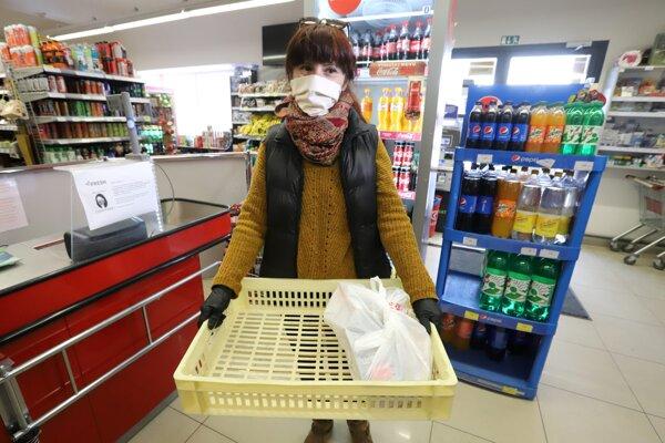 Rozostupy dva metre a len obmedzený počet zákazníkov v predajni. Vláda zavádza nové opatrenia pri nakupovaní.