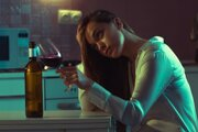 Alkohol zlepšuje náladu iba dočasne, po vytriezvení nasleduje úzkosť.