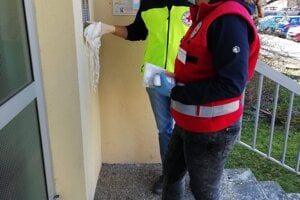 Dobrovoľníci Červeného kríža.