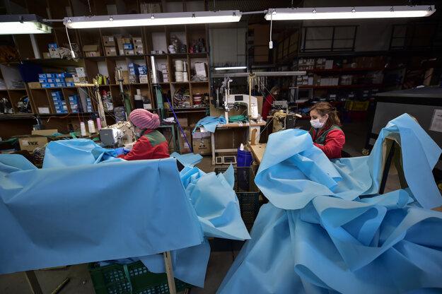 Dobrovoľníci vyrábajú ochranné obleky pred koronavírusom pre zdravotníkov v odevnom závode v španielskom meste Amedo.