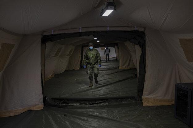 Postele v nemocniciach čoskoro nemusia stačiť, vojaci španielskej armády stavajú pre ďalších nakazených stany.