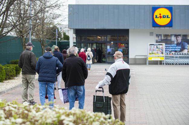 Obchody na Slovensku regulujú vstupy kvôli vírusu Covid-19.