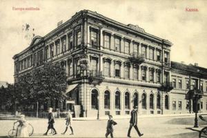 Hrajúce sa deti v popredí hotela Európa na Mlynskej ulici.