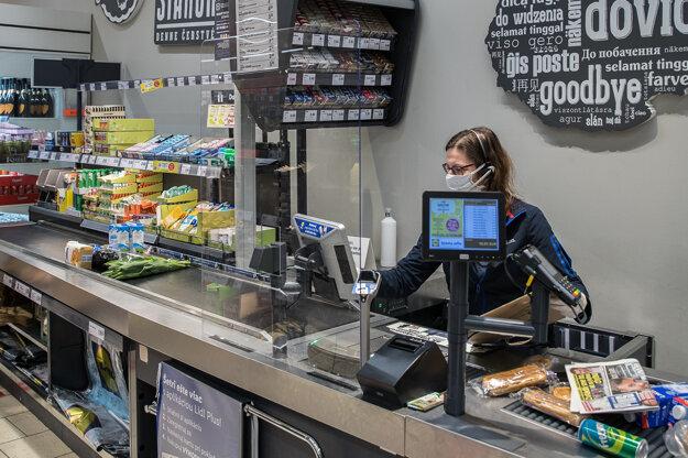 Nové opatrenia v obchodoch sú v platnosti od pondelka.