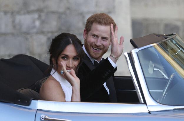 Ako novomanželia: vojvoda a vojvodkyňa zo Sussexu odchádzajú po sobáši zo zámku na recepciu vo Windsore.