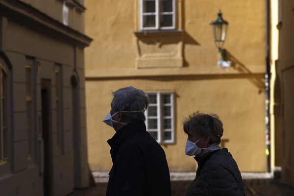 Ľudia s rúškami v centre Prahy.