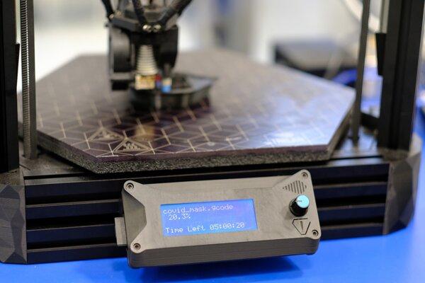 Tlač ochrannej masky v 3D tlačiarni.