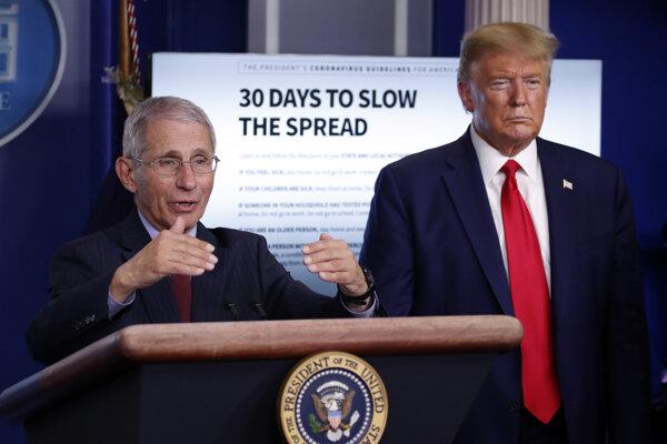 Americký prezident Donald Trump a imunológ Anthony Fauci na tlačovom briefingu v Bielom dome.