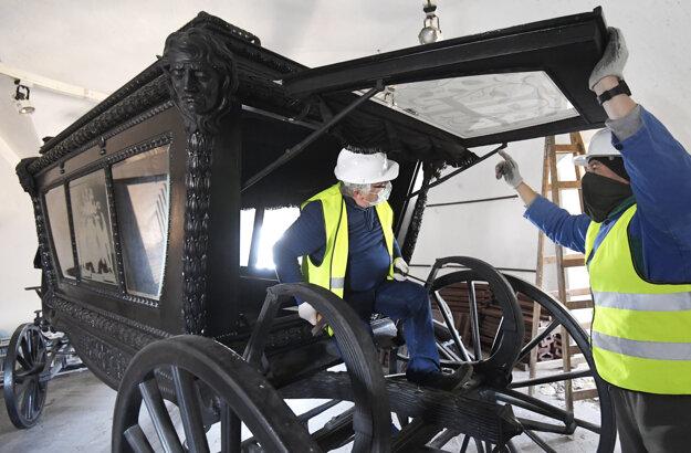 V týchto dňoch sa začína s rozoberaním pohrebného koča Františky Andrássyovej (na snímke), ktorý bol vyhotovený v roku 1904 a bol použitý počas veľkého krásnohorského pohrebu 26. októbra 1904 a patrí medzi najvzácnejšie exponáty Slovenského národného múzea Betliar.