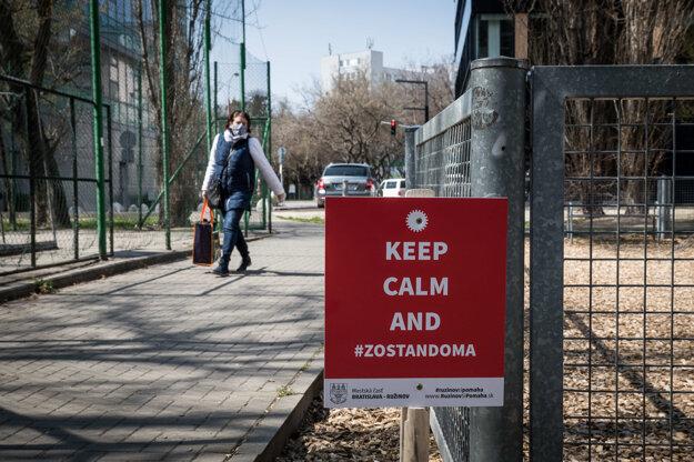Mestská časť Ružinov v Bratislave osadila informačné tabule, aby ľudia zostali doma.