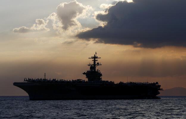Americká lietadlová loď USS Theodore Roosevelt, na ktorej sa šíreni koronavírusu medzi viac než 4000 členmi posádky.