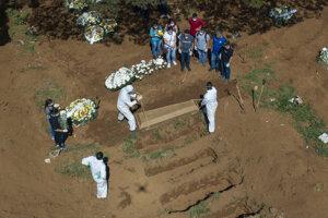 Pohreb obete ochorenia Covid-19 na cintríne Vila Formosa v Sao Paule.
