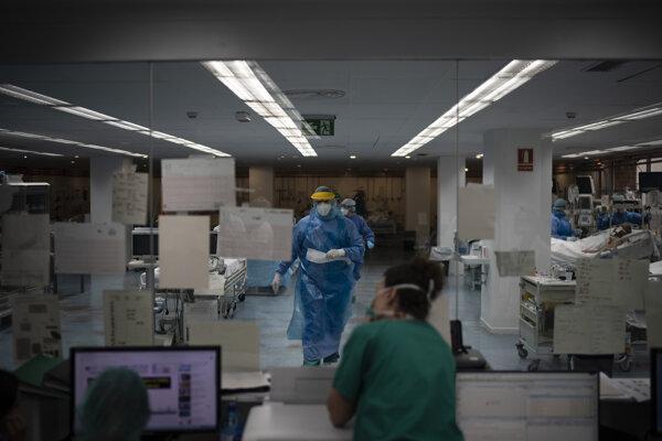 Zdravotníci na jednotke intenzívnej starostlivosti v nemocnici v Barcelone.