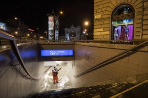 Muž čistí schody v podchode v Budapešti.