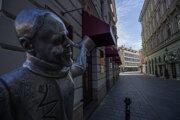 Vyľudnené ulice historického centra Bratislavy.