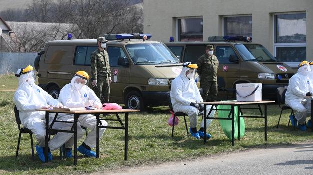 Príslušníci Ozbrojených síl odobrali klinické vzorky k testovaniu rómskych obyvateľov v obci Jarovnice v okrese Sabinov v rámci preventívnych opatrení k zamedzeniu šírenia koronavírusu.