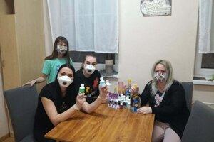 V Centre pre deti a rodiny v Trnave si vyrábajú vlastné rúška i dezinfekčné gély.