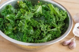 Kel je populárna nízkosacharidová zelenina. Obsahuje vitamín A, K a kyselinu listovú. Ak však nemáte radi surový alebo varený kel, kelové čipsy sú zaujímavou alternatívou.
