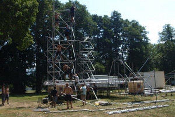 Deň pred koncertom Davida Kollera začali v parku stavať pódium, aké v Žiari ešte nebolo.